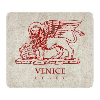 大理石の背景の聖者印の飛んだライオン カッティングボード
