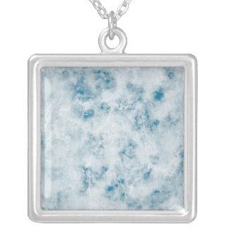 大理石の青い質の背景 シルバープレートネックレス