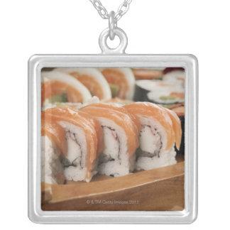大皿の寿司のクローズアップ シルバープレートネックレス