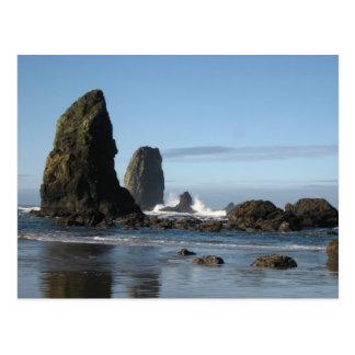大砲のビーチおよび三角波の石の包装紙 ポストカード