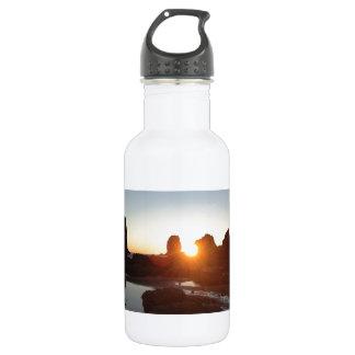 大砲のビーチオレゴンは日没の写真を揺すります ウォーターボトル
