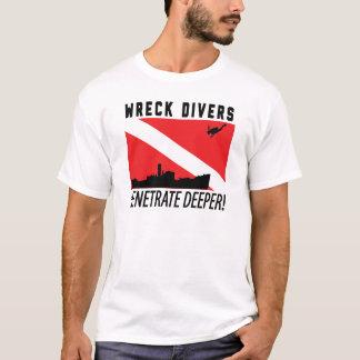 大破のダイバーはより深い-スキューバダイビング突き通します Tシャツ
