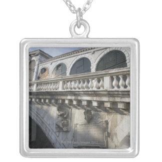 大運河ベニスイタリア上のRialto橋 シルバープレートネックレス