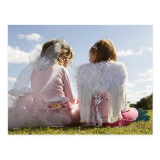 天使および妖精として服を着る2人の女の子(7-9) ポストカード