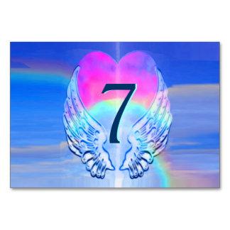 天使によってはハートのまわりで包まれたが飛びます カード