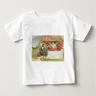 天使のキューピッドのばら色のハートの立場 ベビーTシャツ