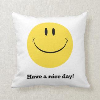 天気の良い日のレトロのスマイリーフェイスの枕を持って下さい クッション