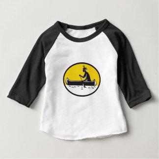 天然アメリカインディアンの漕ぐカヌーの木版画 ベビーTシャツ