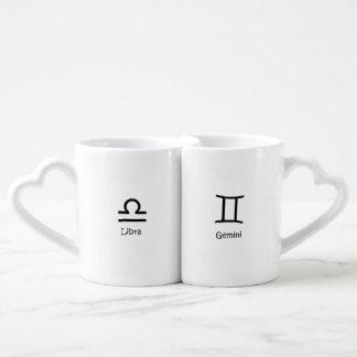 天秤座のスケールおよびジェミニ双生児の(占星術の)十二宮図の占星術 ペアカップ