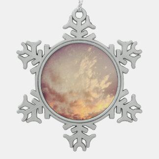 天空の雲の雪片のオーナメント スノーフレークピューターオーナメント
