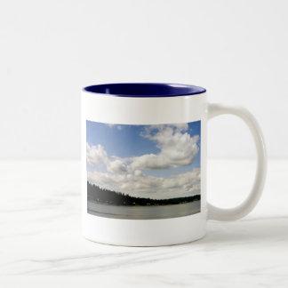 太平洋の北西夏の空 ツートーンマグカップ