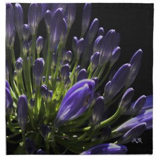 太陽に照らされた咲く紫色のアガパンサス属、アフリカユリ ナプキンクロス