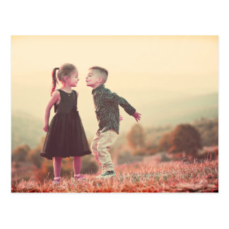 太陽の下で子供に接吻するカスタマイズ可能なヴィンテージ ポストカード