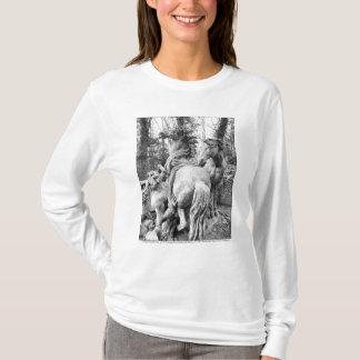 太陽の2頭の馬に手入れをするトリトン Tシャツ