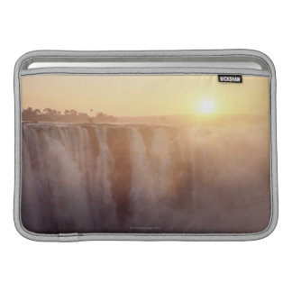 太陽はビクトリアからのスプレーの後ろに上がります MacBook スリーブ