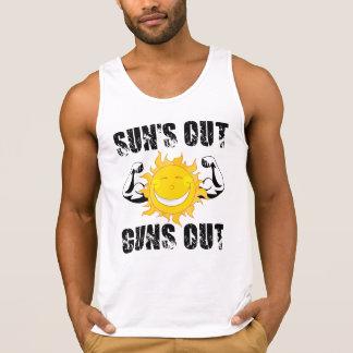 太陽は夏のビーチを撃ちます