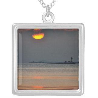太陽は沖合いの霧峰を通って現れます シルバープレートネックレス
