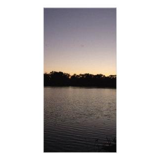 太陽セットに対する魚釣り棒のシルエット カード