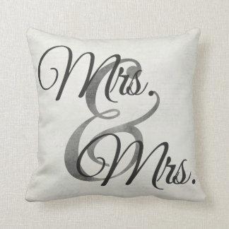 夫人および夫人White Scriptのレズビアンの結婚式 クッション