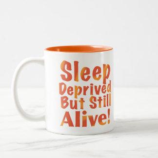 奪い取られる睡眠しかしまだ火の調子で生きた ツートーンマグカップ