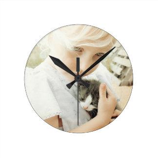女の子および子ネコ ラウンド壁時計