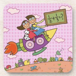 女の子と坐る黒板を握っている男の子 コースター