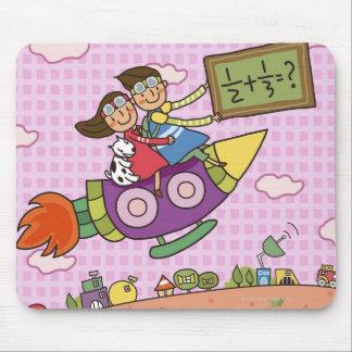 女の子と坐る黒板を握っている男の子 マウスパッド