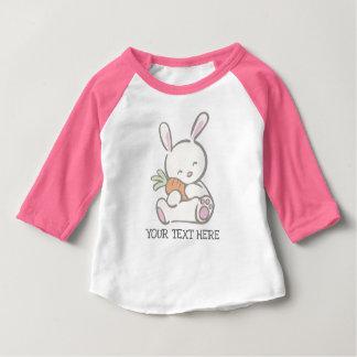 女の子のための最初イースターピンクのベビーのバニー ベビーTシャツ