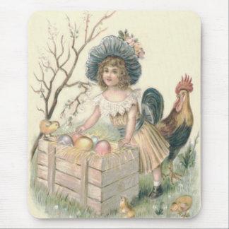 女の子のイースターひよこのオンドリによって着色される卵 マウスパッド