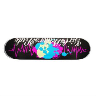 女の子のスケート選手 スケートボード