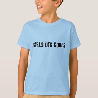 女の子の発掘はおもしろいな巻き毛の人か男の子をカールします Tシャツ