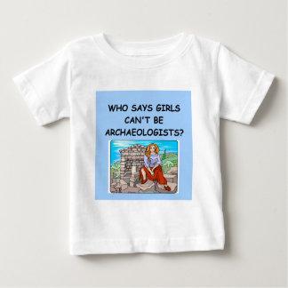 女の子の考古学者 ベビーTシャツ