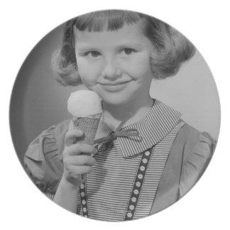 女の子の食べ物のアイスクリーム プレート