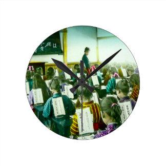 女の子は古い日本ヴィンテージの教室で教育します ラウンド壁時計