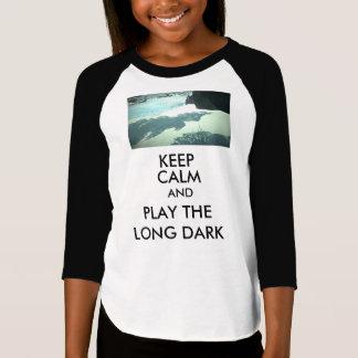 女の子は平静を保ち、長く暗いTシャツを遊びます Tシャツ