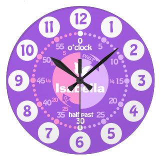 女の子は時間にピンクの紫色の一流の時計を言うために学びます ラージ壁時計