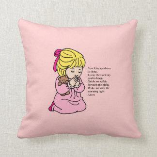 女の子は枕を祈ります クッション