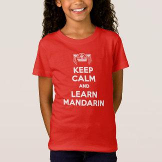 女の子は穏やか保ち、マンダリンの赤のTシャツを学びます Tシャツ