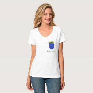 女の子は緑のTシャツを掘ります Tシャツ