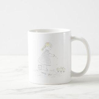 女の子は鳥を食べ物を与えます コーヒーマグカップ