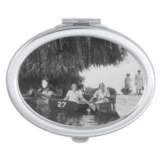 女の子及びボートのヴィンテージのイメージの楕円形の密集した鏡
