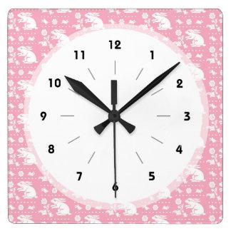 女の赤ちゃんのかわいいピンクのバニーウサギパターン スクエア壁時計