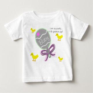 女の赤ちゃんのエレガントなピンクのベビーのラッセル音の病院の名前 ベビーTシャツ