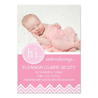 女の赤ちゃんのピンクのシェブロンの誕生の発表 カード