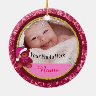 女の赤ちゃんのピンクのテディー・ベアの名前入りなクリスマス セラミックオーナメント