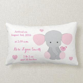 女の赤ちゃんの誕生Statsのピンクの灰色象シェブロン ランバークッション