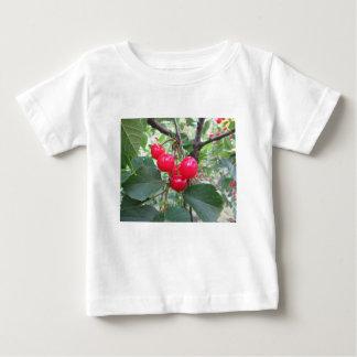 女子大の木のモンモランシーの赤いさくらんぼ ベビーTシャツ