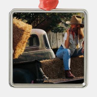 女性が付いているトラックに干し草ベールを置くことに人を配置して下さい メタルオーナメント