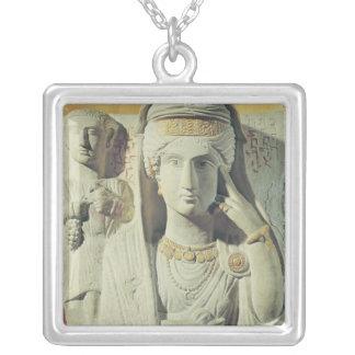 女性との葬式のレリーフ、浮き彫り シルバープレートネックレス