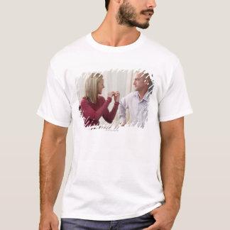女性のアメリカ人の署名の単語句「議論」 Tシャツ